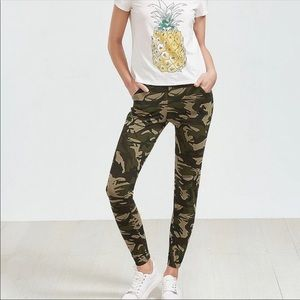 Camouflage print leggings with pockets